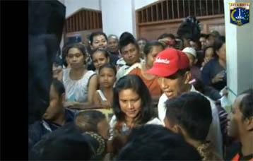 Video Gubernur Kunjungi Korban Banjir di Pejaten Timur